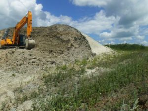 Фото №2. Перекрытая дневная почвенная поверхность навалом добытой глиной, Республика Татарстан, вблизи с.Салмановка, 2016г.